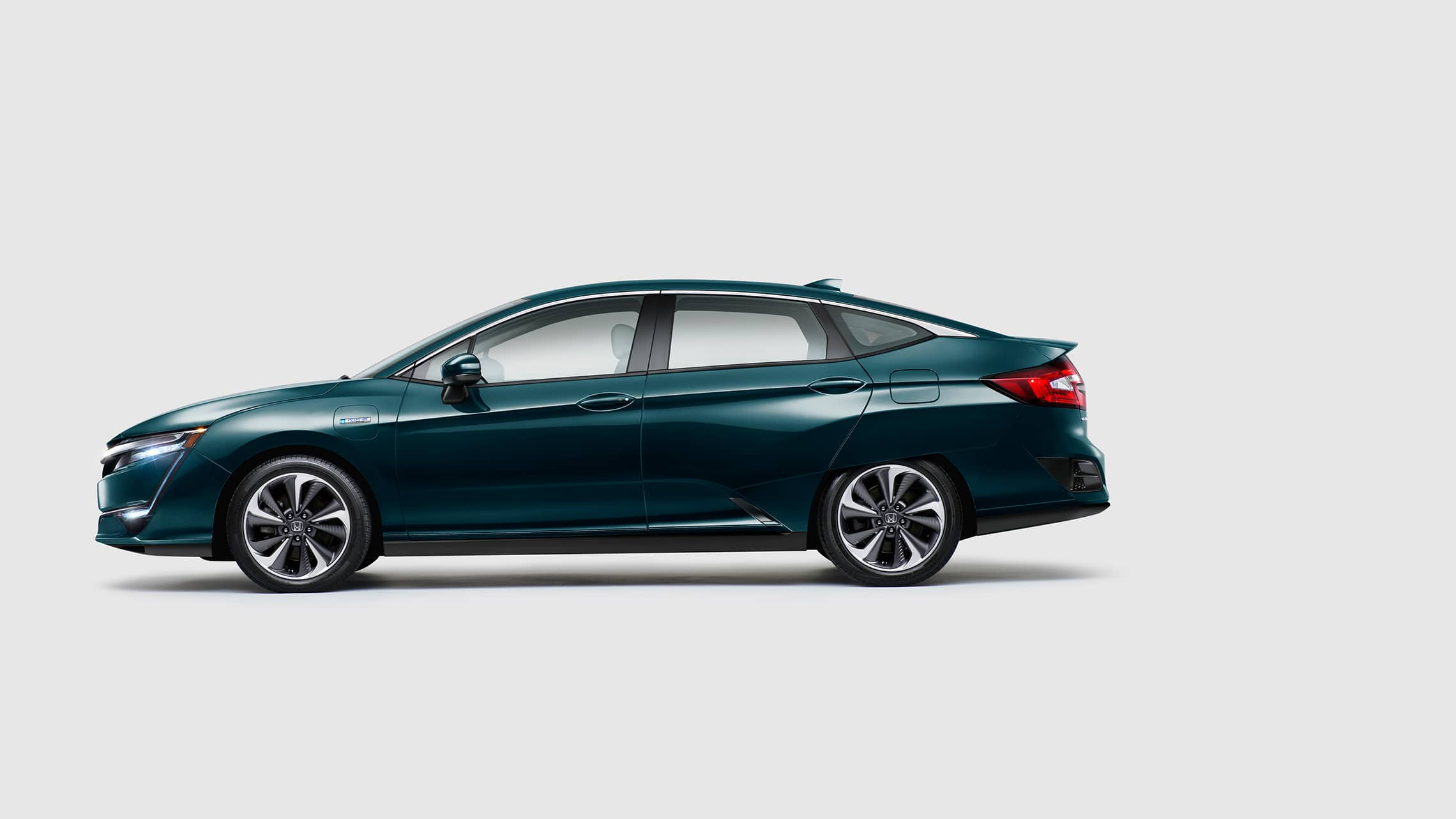 Side profile of 2020 Clarity Plug-In Hybrid in Moonlit Forest Pearl.